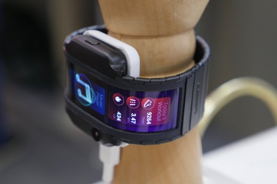 Nubia-Alpha-is-a-crazy-phone-you-wear-on-your-wrist-straight-out-of-science-fiction